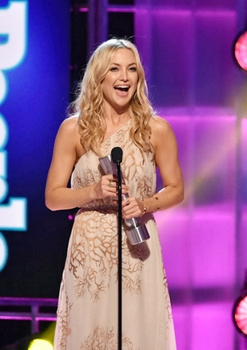 Actress Kate Hudson accepts the Role Model award onstage during the PEOPLE Magazine Awards at The Beverly Hilton Hotel on December 18, 2014 in Beverly Hills, California. (Photo by Kevin Winter/PMA2014/Getty Images for dcp)