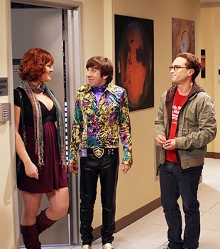 Wolowitz (Simon Helberg, second from left) with (guest star Sara Rue, far left), Leonard (Johnny Galecki,right), on THE BIG BANG THEORY, Monday, November 17 (8:00-8:30 PM, ET/PT) on the CBS Television Network. Photo: Mike Ansell/Warner Bros. ©2008 Warner Bros. Television All Rights Reserved