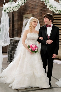 Howard (Simon Helberg, right) and Bernadette (Melissa Rauch, left) get married on THE BIG BANG THEORY, on the CBS Television Network. Photo: Cliff Lipson/CBS ©2012 CBS Broadcasting, Inc. All Rights Reserved.