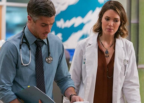 L-R: Dr. Adam McAndrew (Dave Annable) and DR. Erin Grace (Many Moore) CR: Tina Rowden / FOX. © 2014 Fox Broadcasting Co.