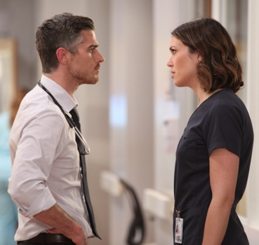 L-R: Dr. Adam McAndrew (Dave Annable) & Dr. Erin Grace (Mandy Moore)  RED BAND SOCIETY - CR: Guy D'Amica / FOX. © 2014 Fox Broadcasting Co.